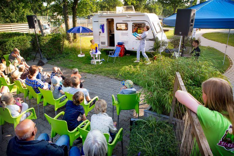 De voorstelling Magelone & Peter van de Nederlandse Reisopera op camping Si Es An in Balkbrug. Beeld Pauline Niks