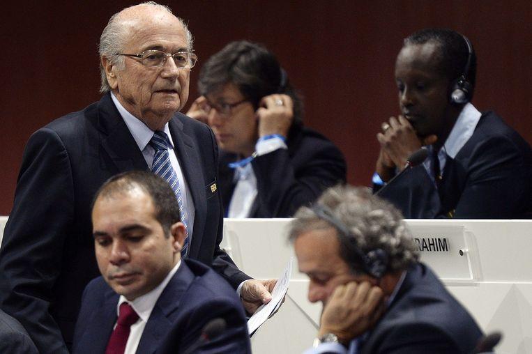 Blatter loopt langs Al-Hussein (L) en Platini (R) Beeld epa