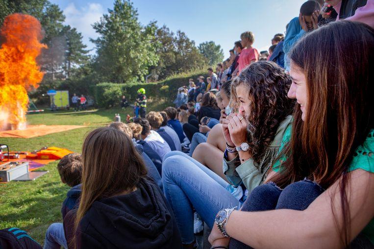 Britt en Estelle kijken naar een demonstratie van de brandweer op hun school. Beeld Pauline Niks