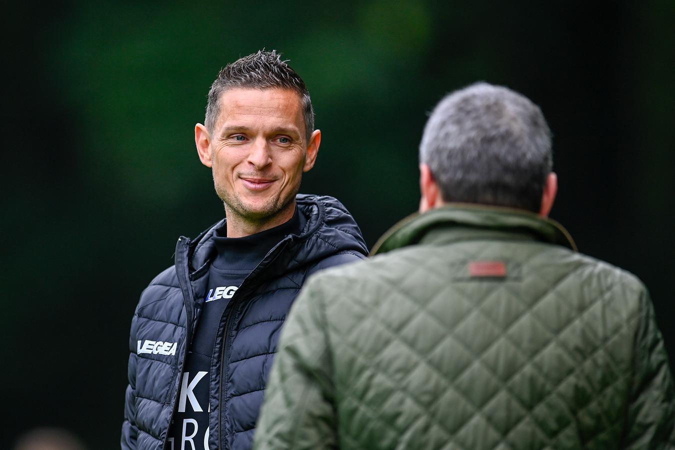 NEC-trainer Rogier Meijer (links) in gesprek met technisch directeur Ted van Leeuwen.