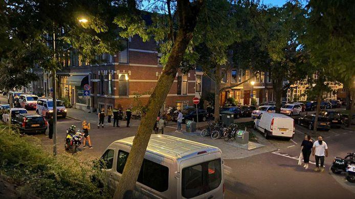 Verschillende studenten aan de Oostzeedijk in Rotterdam-Kralingen hielden ondanks de coronamaatregelen af en toe een feest, zoals hier in december 2020.