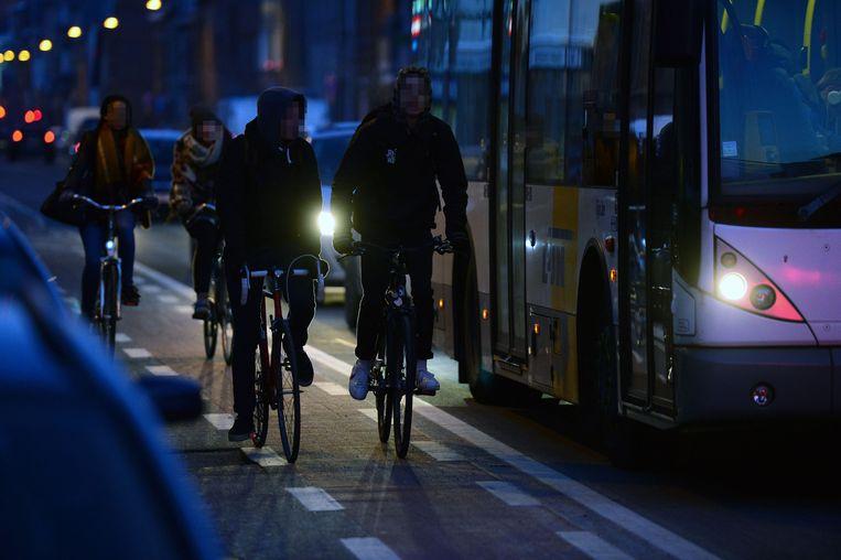 Deze twee scholieren hebben geen fietslicht.