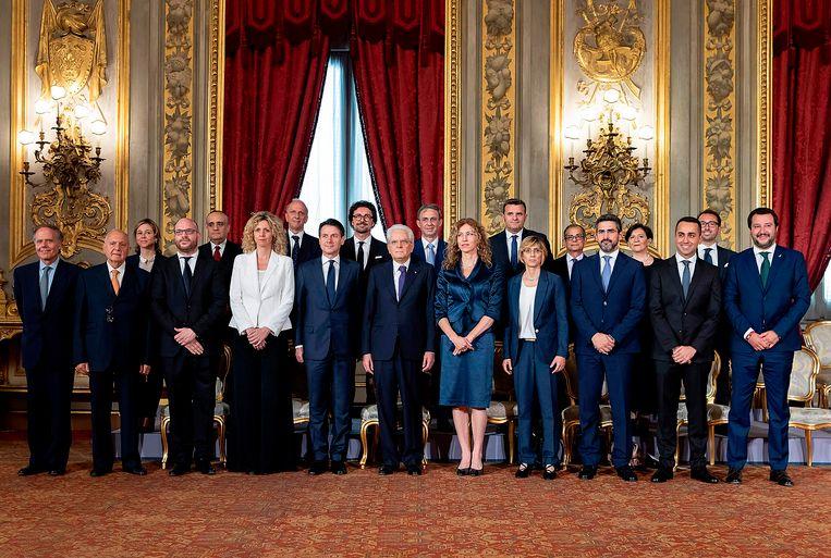 President Sergio Mattarella (midden met paarse das) presenteert vrijdag het nieuwe Italiaanse kabinet. Naast hem premier Giuseppe Conte. Beeld AFP