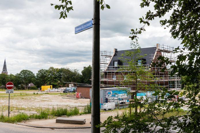 De eerste woning op het voormalige ziekenhuisterrein is op een haar na klaar. Het straatnaambordje verwijst naar één van de drie nieuwe wegen: de Anna Bijnslaan.