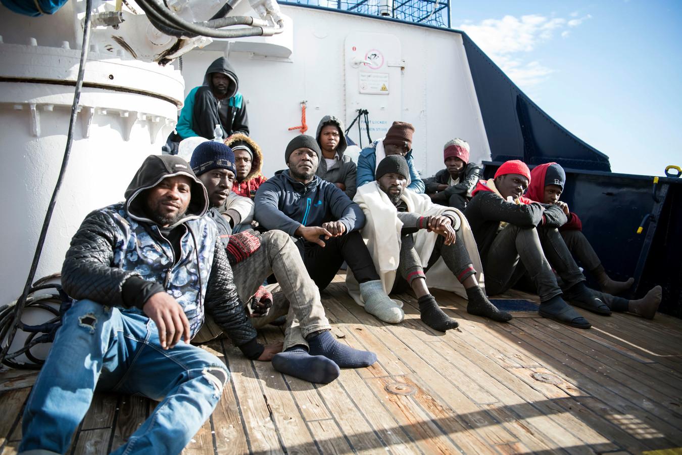 Migranten op het dek.