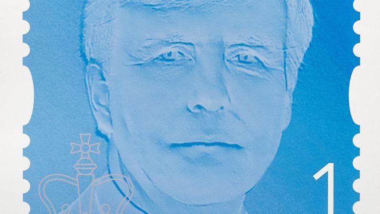 et eerste exemplaar van de permanente koningspostzegel van PostNL. Beeld ANP