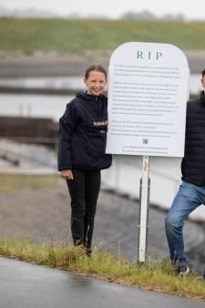 'RIP prachtig bloeiende dijk'; Grafzerk uit protest tegen kaalslag langs de Oosterschelde