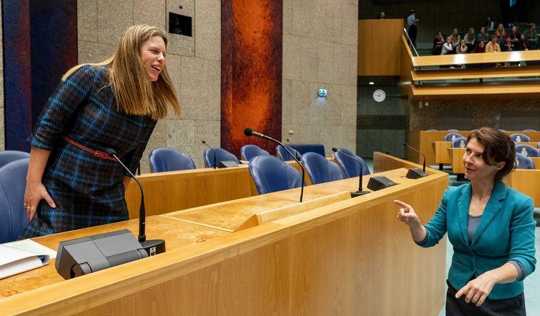 Minister Carola Schouten van LNV schudt de hand van Esther Ouwehand (PvdD) tijdens het plenair debat in Tweede Kamer over de begroting van Landbouw, Natuur en Voedselkwaliteit.  Beeld ANP