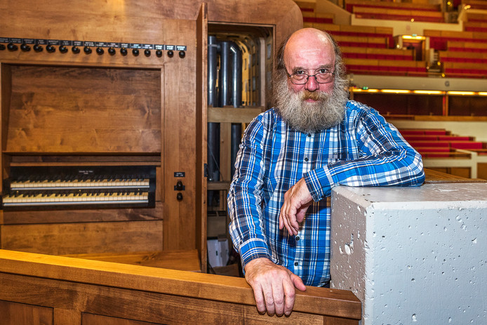 Orgelontwerper Peter van Dijk in de Grote Zaal van Tivoli Vredenburg.