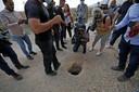 Politie en journalisten bij het tunnelgat waardoor zes Palestijnen ontsnapten uit de Gilboa-gevangenis.