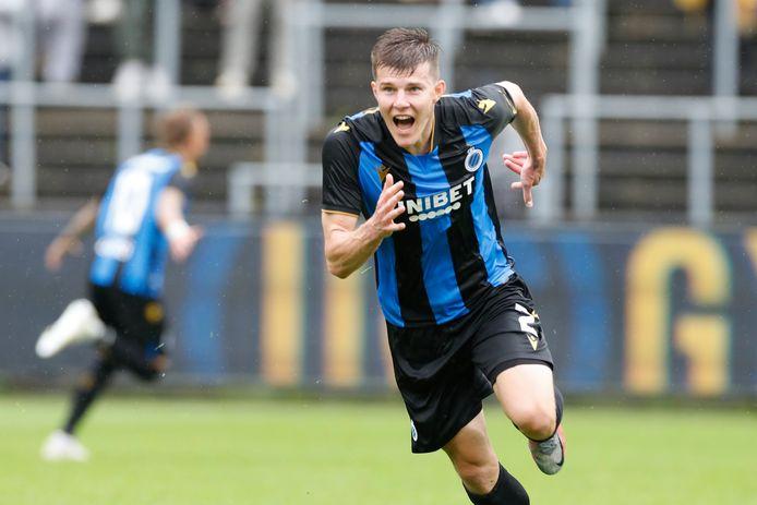 Eduard Sobol viert z'n winnende doelpunt.