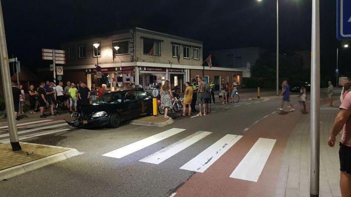 De gecrashte auto trok zaterdagavond veel bekijks in Winterswijk.
