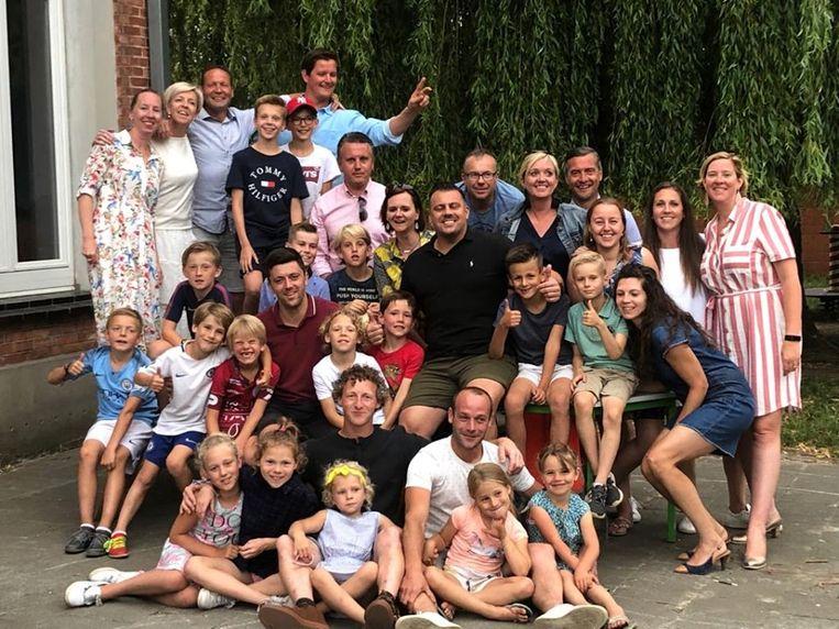 Lorenz Blauwblomme (in bordeaux polo) kreeg een warm afscheid van de spelers en hun ouders.