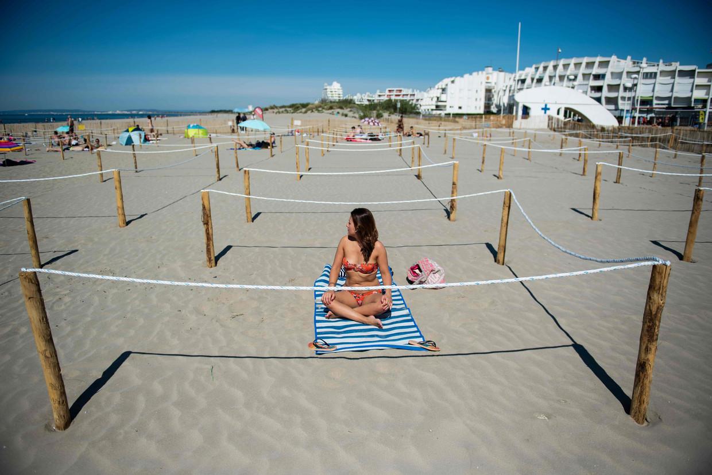 Social distancing op het strand van Zuid-Frankrijk.