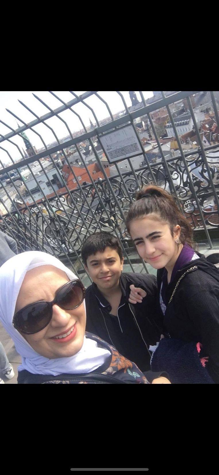 Rasha Keirout met haar dochter Loseen en zoon Kussai.  Beeld Karout