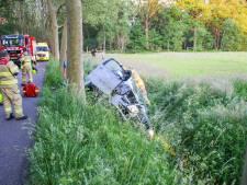 Auto ramt boom bij Nijkerk en belandt in de sloot, bestuurder spoorloos