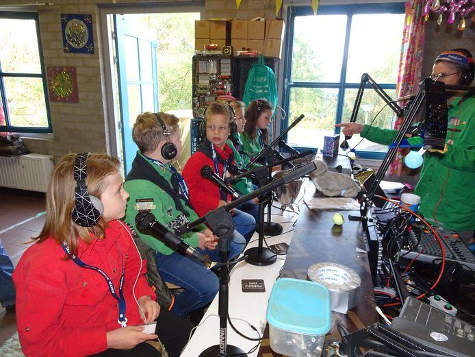 De scouts maken radiocontact.