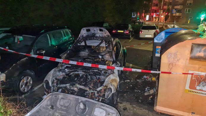 Auto gaat in vlammen op in Hengelo: politie vermoedt brandstichting