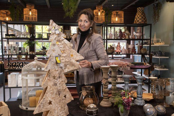 Nu haar restaurant vanwege de coronamaatregelen is gesloten, heeft uitbater Paulien Lucas er een pop up cadeauwinkel ingericht.