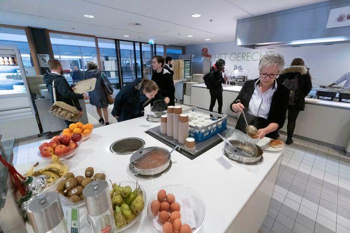 Fruit en ander lekker en gezond eten in de Refter, het universiteitsrestaurant van de Radboud. De Refter heeft sinds de verbouwing in maart meer vegetarische en veganistische maaltijden en biologische en streekproducten.
