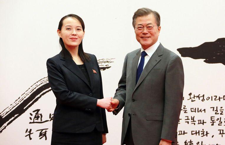 De Zuid-Koreaanse president Moon Jae-in (r.) schudt Kim Yo-jong de hand tijdens de openingsdag van de Spelen. 'Dit was geen diplomatiek gehannes, dit kwam van onder de huid', schrijft Hugo Camps. Beeld AFP