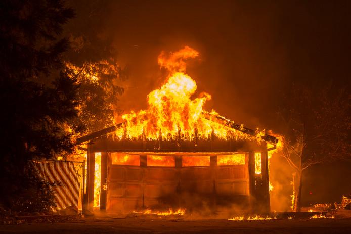 Het vuur woedt nu ongecontroleerd en trekt naar de dichtbevolkte delen van Malibu, laten de autoriteiten weten
