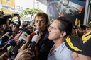 Programmamaker Derk Bolt en zijn cameraman Eugenio Follender staan in 2017 voor een hotel in Colombiaanse Cucuta de pers te woord, nadat de twee Spoorloos-journalisten tijdens opnames van het tv-programma waren ontvoerd door de Colombiaanse guerrillabeweging ELN.