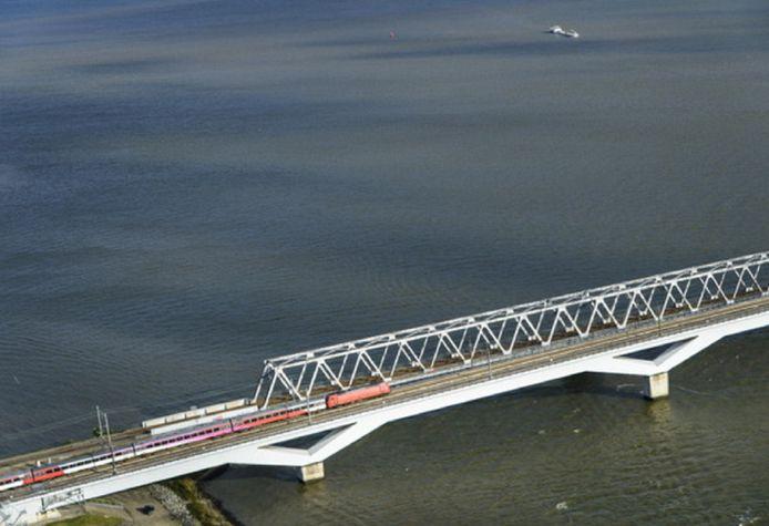 De 23 meter hoge hsl-spoorbrug over de Moerdijk die bijna twintig jaar geleden werd gebouwd. Destijds zonder windschermen wat voor veel vertragingen leidde. Die fout wordt nu alsnog rechtgezet.