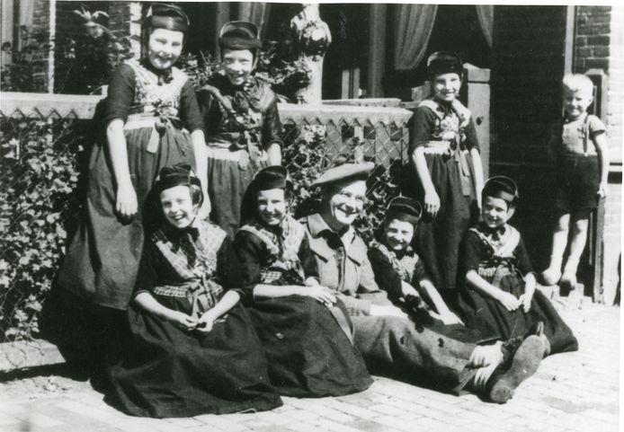 Blije gezichten van kinderen van de Hervormde school in Rouveen met een Canadese militair bij de bevrijding in april 1945.
