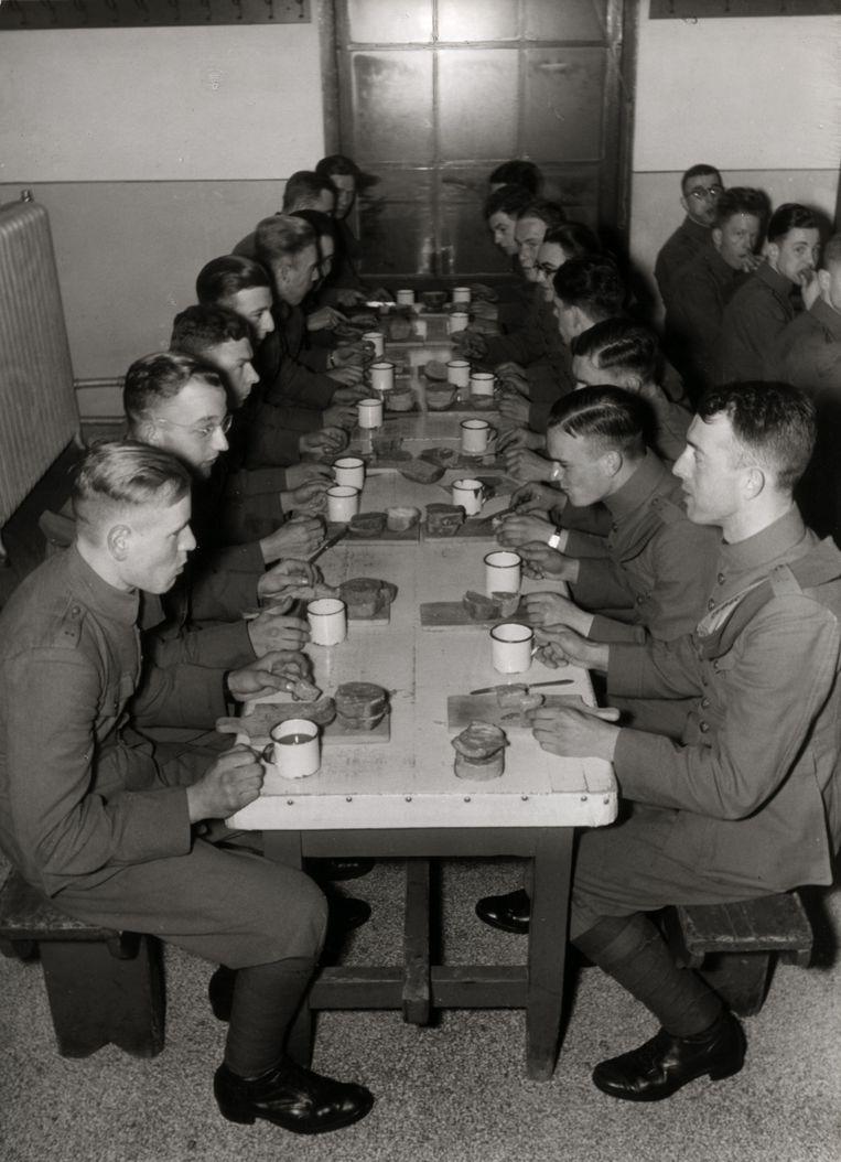 KNIL-militairen in de eetzaal van de kazerne van de Koloniale Reserve in Nijmegen. Beeld Nationaal Archief/Collectie Spaarnestad/Het Leven