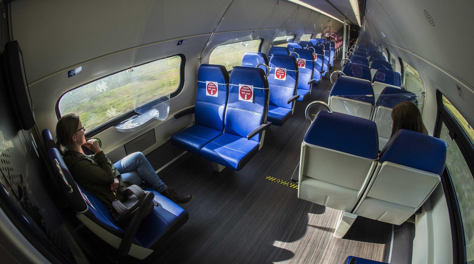 Een testtrein van de NS onderweg naar Groningen. De NS bereidt zich voor op de 1,5 meter samenleving en in de trein is aangegeven welke zitplaatsen wel en niet beschikbaar zijn voor reizigers. Ook is een coupe uitgerust met gordijnen van doorzichtig folie tussen de stoelen.