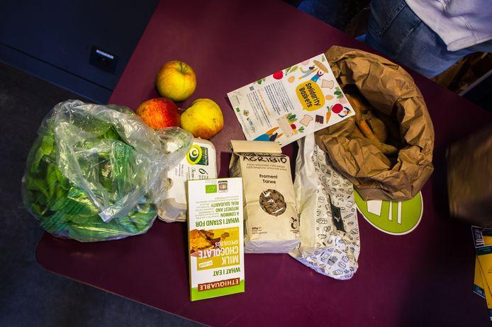 Les colis alimentaires se composent de fruits et légumes, d'œufs, de féculents et d'une petite douceur sucrée.