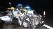 Vier jongeren in levensgevaar na botsing op vrachtwagen op E17