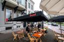 Uitloper van het terras van Café Vrijdag aan de Velperbuitensingel pal voor het herenhuis van de 'Vergaderie' van Xandra Derks.