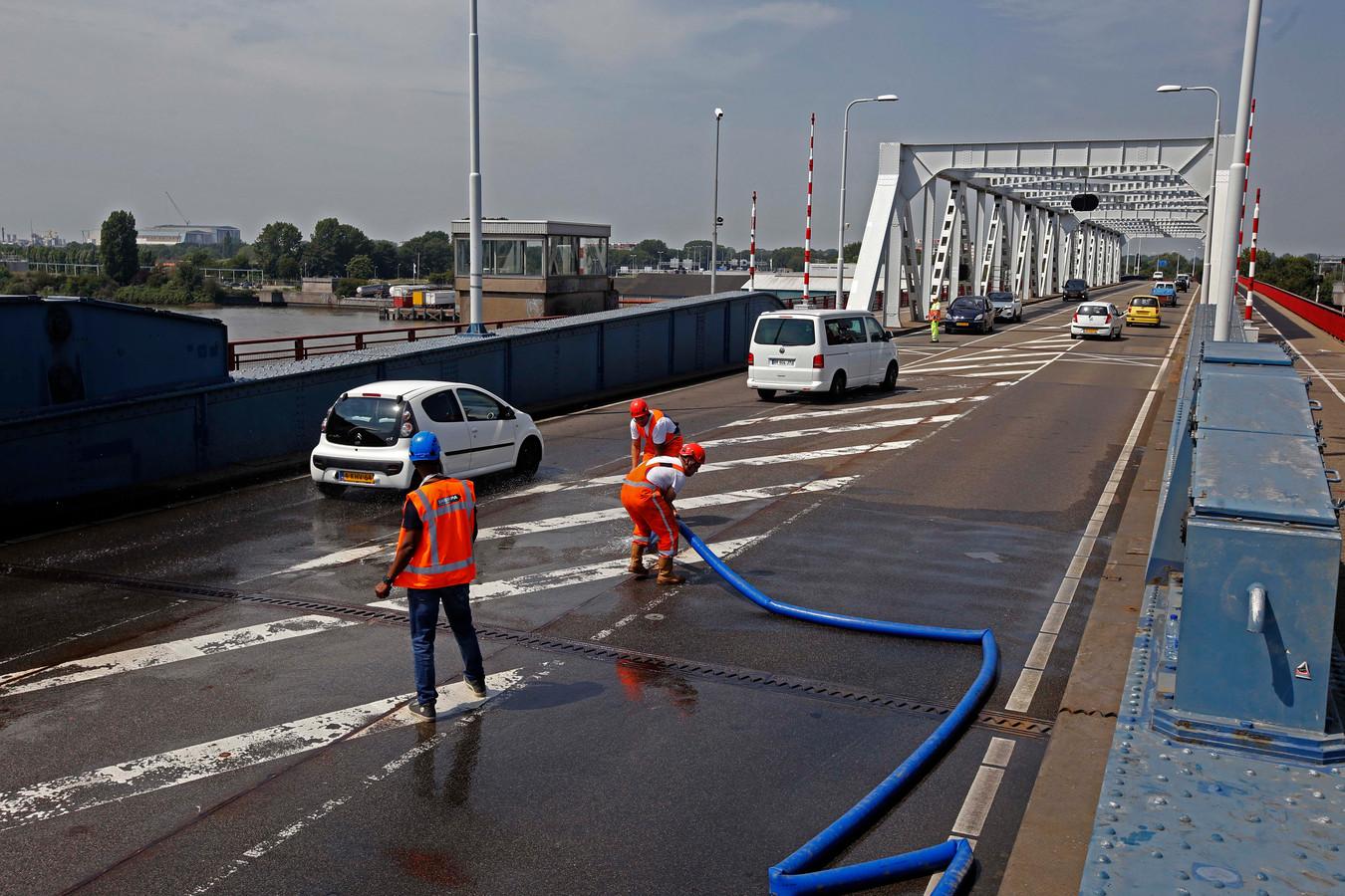 Rijkswaterstaat koelt de Zwijndrechtse brug.