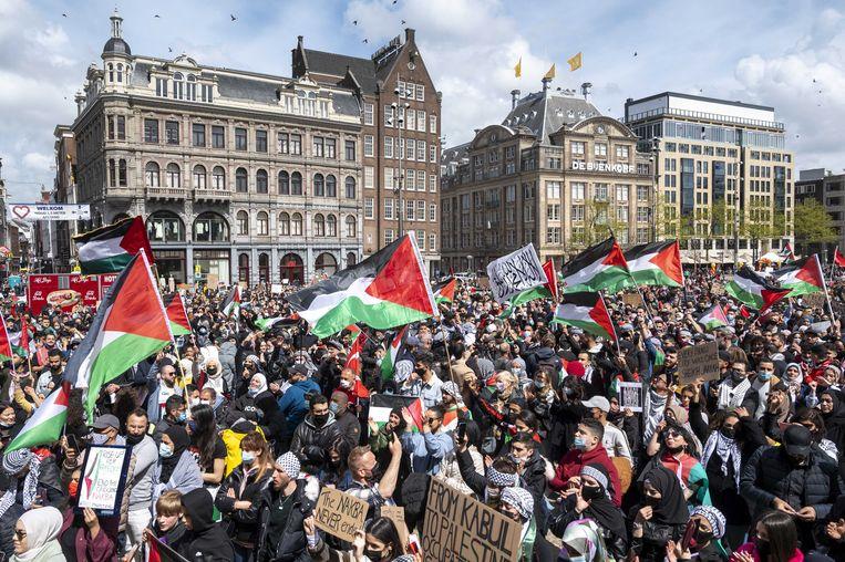 Demonstratie tegen de Israëlische bombardementen op Gaza, zondag op de Dam. Beeld EPA