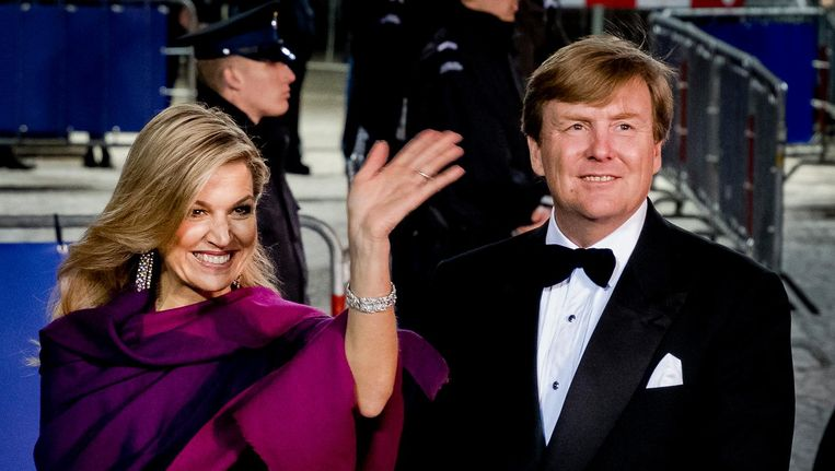 Koningin Maxima en Willem-Alexander na afloop van een feestelijk diner met 150 Nederlanders van vijftig jaar die werden uitgenodigd ter gelegenheid van de 50ste verjaardag van de koning. Beeld null