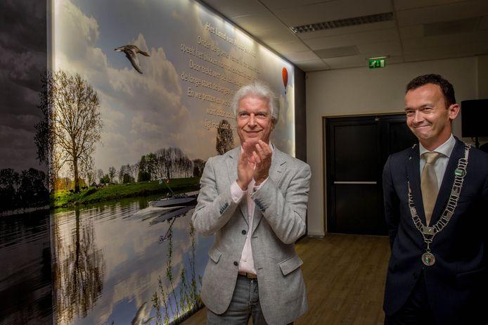 Boudewijn de Groot en de toenmalige Drutense burgemeester Luciën van Riswijk in 2016 bij de onthulling van de Boudewijn de Groot zaal in D'n Bogerd.