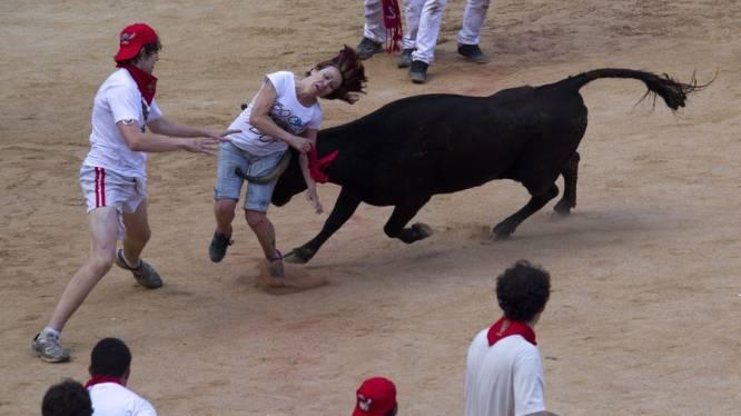 Stier neemt naakte man te grazen in Pamplona