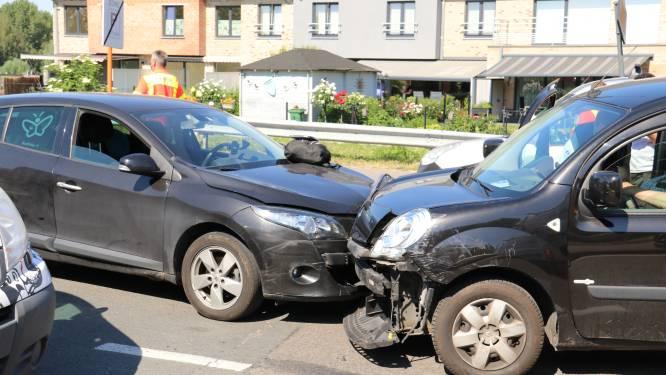 Oudere man schat bocht volledig verkeerd in en raakt drie voertuigen aan overkant van de weg