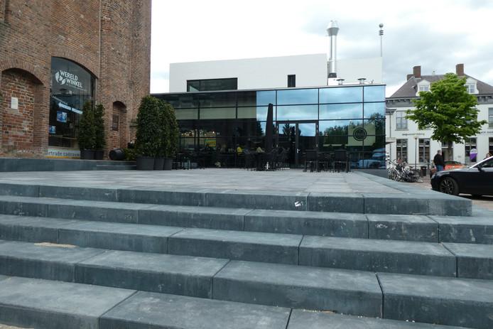 De ene kant van de sokkel is al klaar en herbergt het terras van brasserie Thuys.