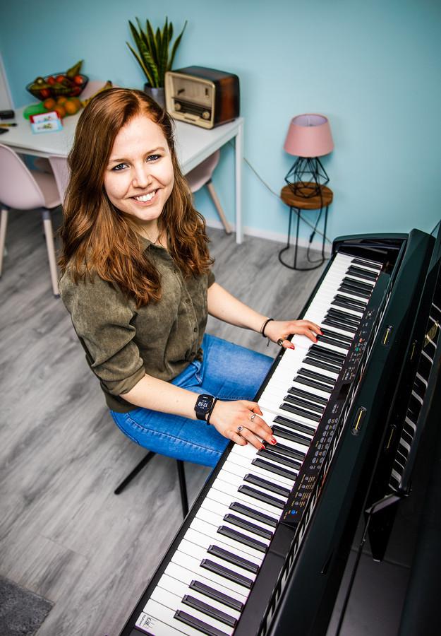 Miriam Jonker achter haar piano.