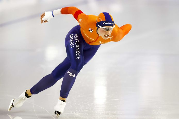 Suzanne Schulting in actie als schaatsster tijdens de 1000 meter voor vrouwen op het WK afstanden schaatsen in Thialf.