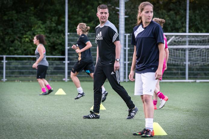 Mark van Gils moet de voetbalvrouwen van Bavel weer naar de hoofdklasse loodsen. foto ron magielse/pix4profs