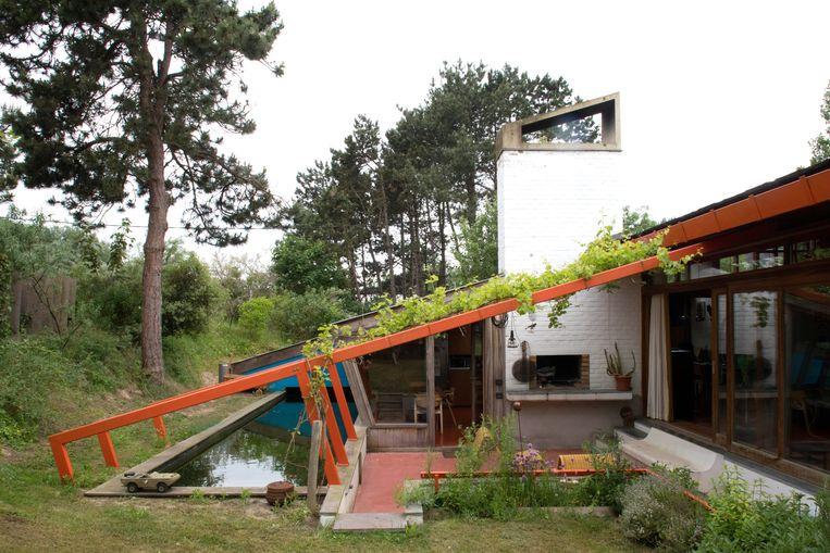 Ook het terras zit een enkele treden lager dan het huis en geborgen in het duinlandschap. Eddy: 'Het is eerder een soort van zitput geworden.' Beeld Karen Van Winkel