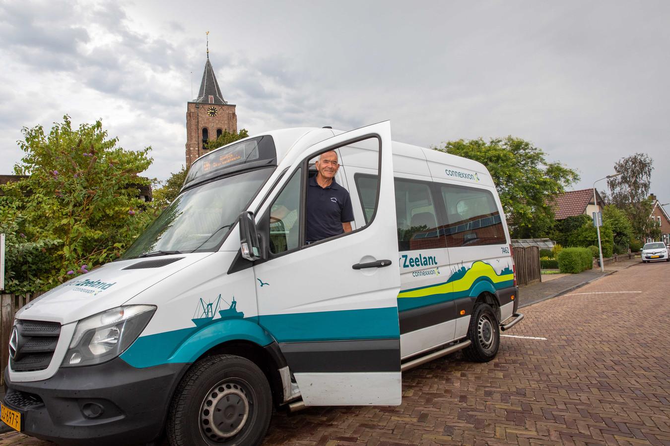 Archieffoto: Chauffeur Ko Remijn op pad met de buurtbus in zijn woonplaats Waarde.