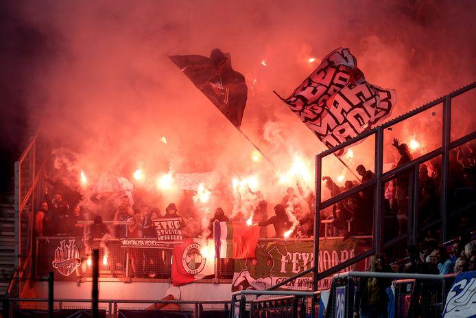 Supporters van Feyenoord steken vuurwerk af tijdens de wedstrijd tegen Heerenveen.