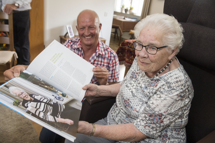 NEEDE - mevrouw Kistemaker uit Neede, 80-jarig lidmaatschap van de FNV. Huldiging. Hans Hoek van het Algemeen Bestuur van de FNV overhandigt haar het boek Solidaire Helden, waarin zij zelf staat beschreven