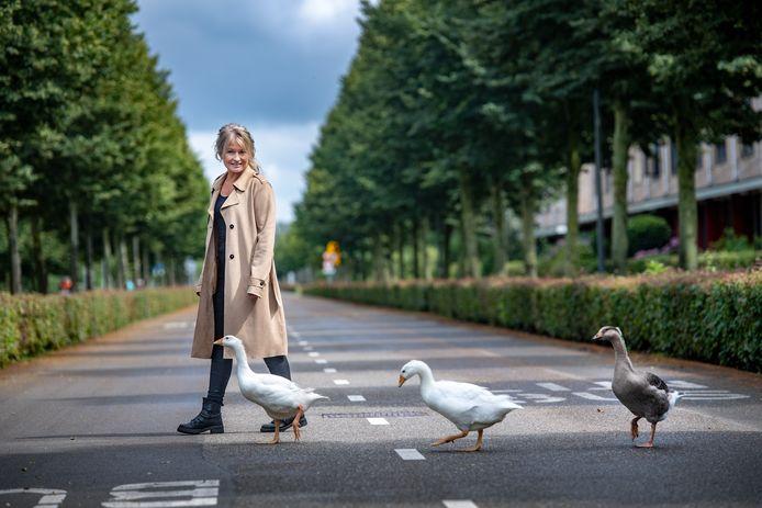 Yvonne van Dreumel met haar ganzen.