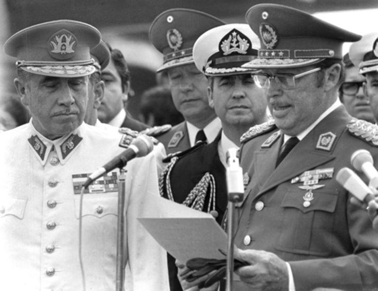 De voormalige dictator van Paraguay Alfredo Stroessner (rechts) is woensdag op 93-jarige leeftijd overleden. Hij stierf in ballingschap in Brazilië aan de gevolgen van een longontsteking. Op de foto is Stroessner in 1974 te zien samen met de Chileense dictator Augusto Pinochet (links). (AP) Beeld